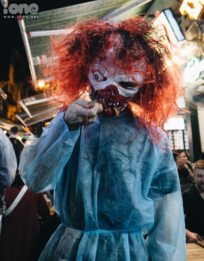 <p> Một nhân viên hóa trang thành ma quỷ để hù dọa khách đi đường trên phố Tạ Hiện.</p>