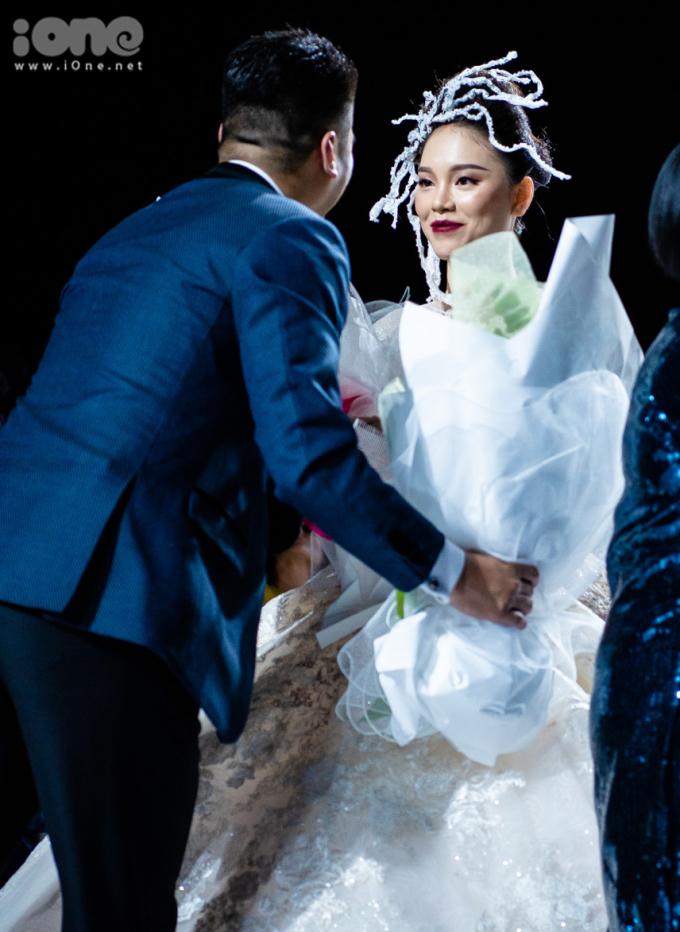 <p> Kết thúc màn trình diễn, Phillip Nguyễn lên sân khấu tặng hoa cho Linh Rin. Từ khi công khai hẹn hò, cặp đôi không ngại xuất hiện chung trong nhiều sự kiện.</p>