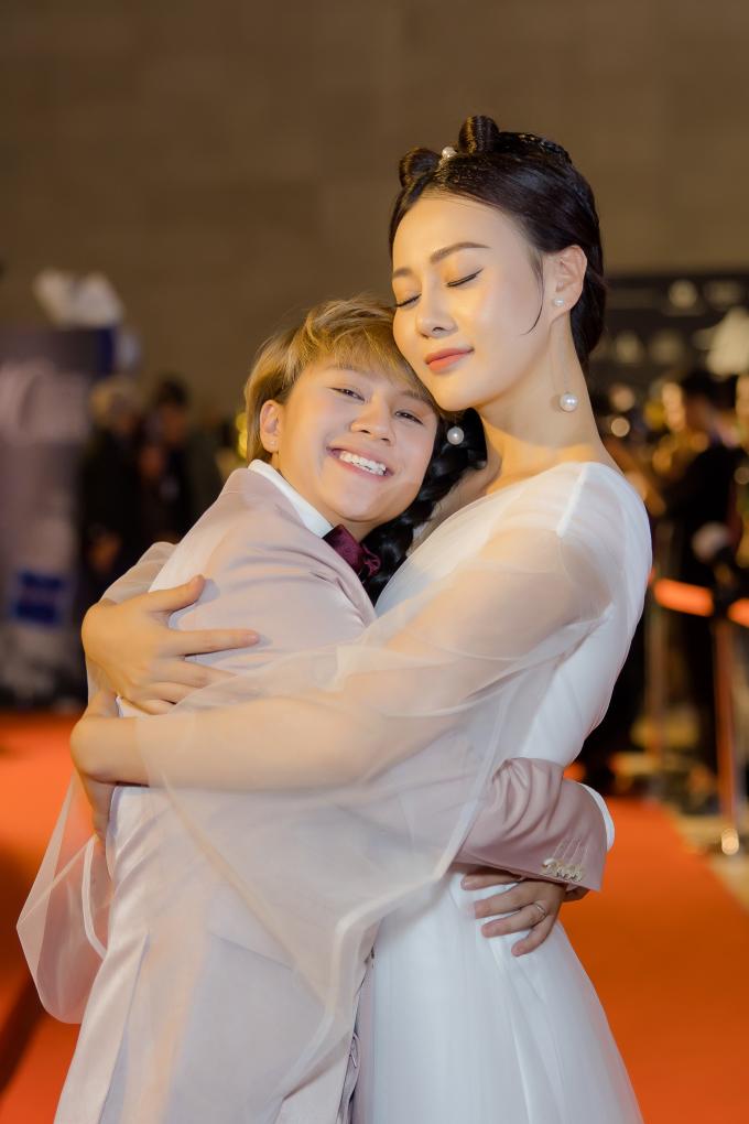 <p> Cả hai không ngần ngại ôm chầm lấy nhau, thể hiện sự thân thiết trên thảm đỏ.</p>