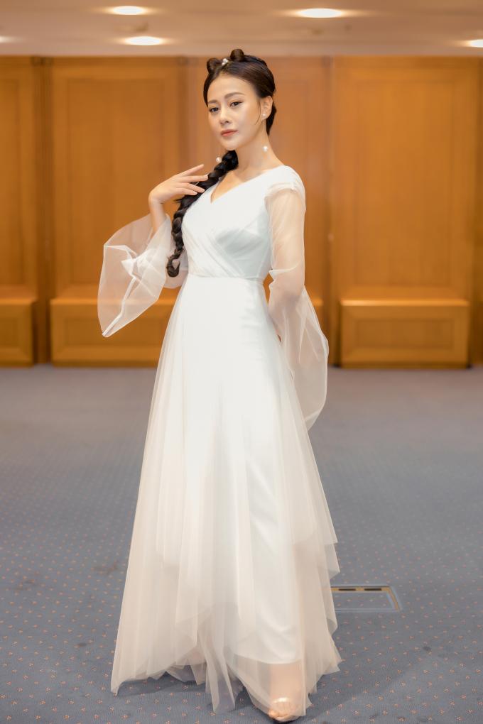 """<p> Trong đêm thứ hai của Tuần lễ thời trang quốc tế Việt Nam (30/10), thảm đỏ sự kiện thu hút sự quan tâm của đông đảo truyền thông với sự xuất hiện của dàn diễn viên. Nổi bật là Phương Oanh """"Quỳnh Búp bê"""" nhờ tạo hình như Tiểu Long Nữ.</p>"""