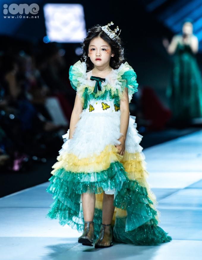 <p> Cô bé vô gia cư Hoàng Anh cũng xuất hiện thần thái trên sàn catwalk. Hoàng Anh từng gây chú ý trên mạng xã hội với câu chuyện mặc đẹp như fashionista từ những món đồ bỏ đi. Đây là lần đầu tiên cô bé được diện đồ công chúa sải bước trên sàn diễn.</p>