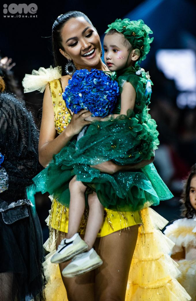 <p> Hoa hậu Hoàn vũ Việt Nam 2017 bế Hà My - cô bé bị bệnh máu trắng ra sàn diễn. Mới 4 tuổi nhưng Hà My đã có 2 năm chống chọi với căn bệnh này. Giấc mơ được mặc đẹp, diễn thời trang như các bạn của Hà My được NTK Thảo Nguyễn biến thành sự thật.</p>