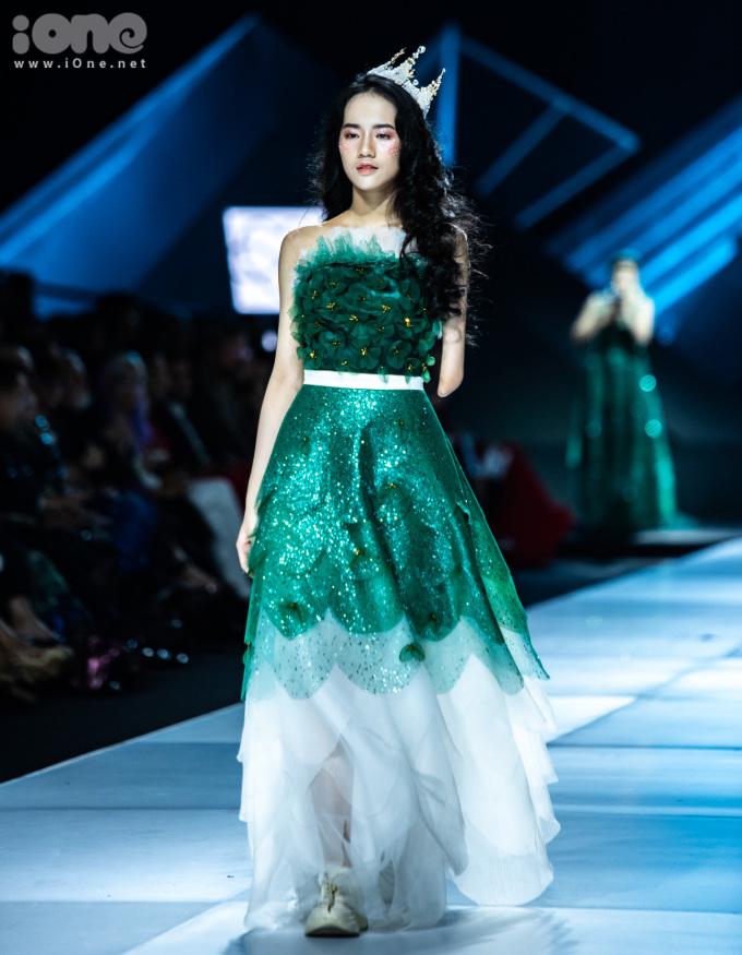 <p> Mẫu 14 tuổi Hà Phương nhận được nhiều sự cổ vũ khi xuất hiện trên sàn catwalk với vai trò mở màn.</p>