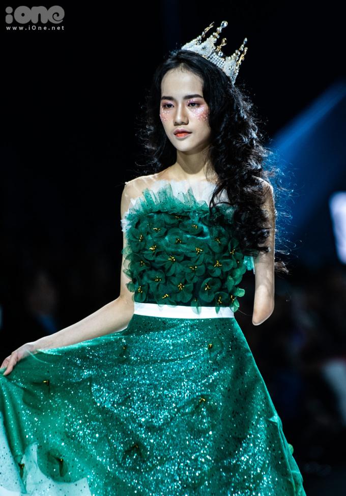 <p> Hà Phương mặc váy khoe vai trần. Từng có kinh nghiệm chụp ảnh, trình diễn thời trang nên Hà Phương rất tự tin, không bị bỡ ngỡ.</p>
