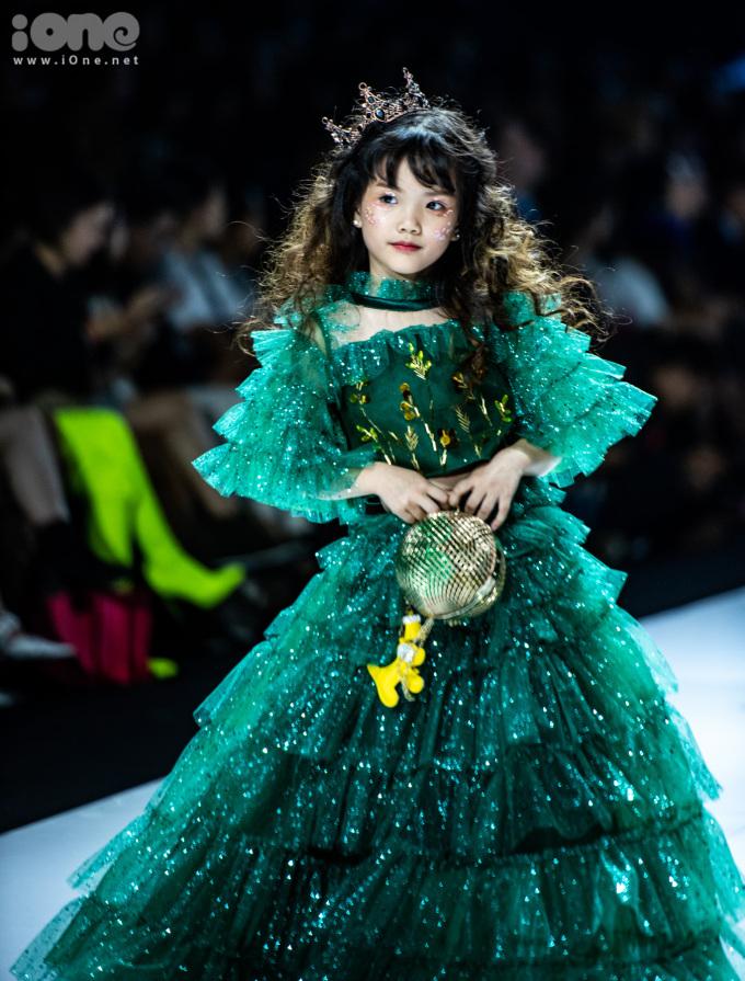 <p> Với ý nghĩa đó, Thảo Nguyễn thiết kế những trang phục với gam màu chính là xanh lá, tượng trưng cho hy vọng.</p>