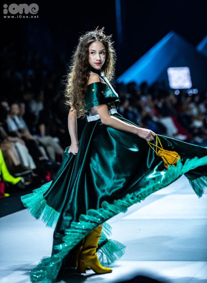 <p> Các mẫu nhí không chỉ diện váy nhiều tầng lớp mà còn đội vương miện như công chúa.</p>