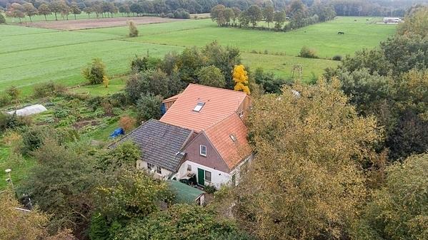 Trang trại ở ven làng Ruinerwold, tỉnh Drenthe, đông bắc Hà Lan, nơi cảnh sát phát hiện gia đình 7 người ẩn náu dưới hầm. Ảnh: Reuters