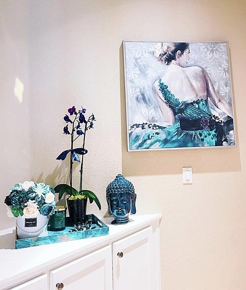 Tượng Phật, tranh ảnh được đặt khắp căn nhà.