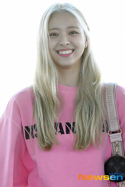 Yuna ghi điểm bởi biểu cảm rạng ngời ở sân bay. Cô nàng mặc bộ hoodie màu hồng nổi bật.