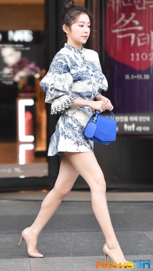 Trưa 1/11, Irene (Red Velvet) gây chú ý khi dự sự kiện khai trương cửa thời trang tại Gangnam, Seoul, Hàn Quốc.