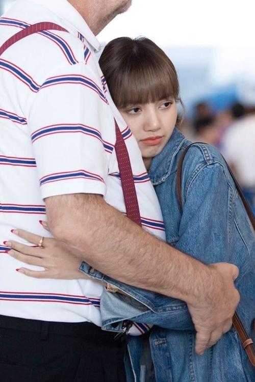Lisa thân thiết với bố dượng.