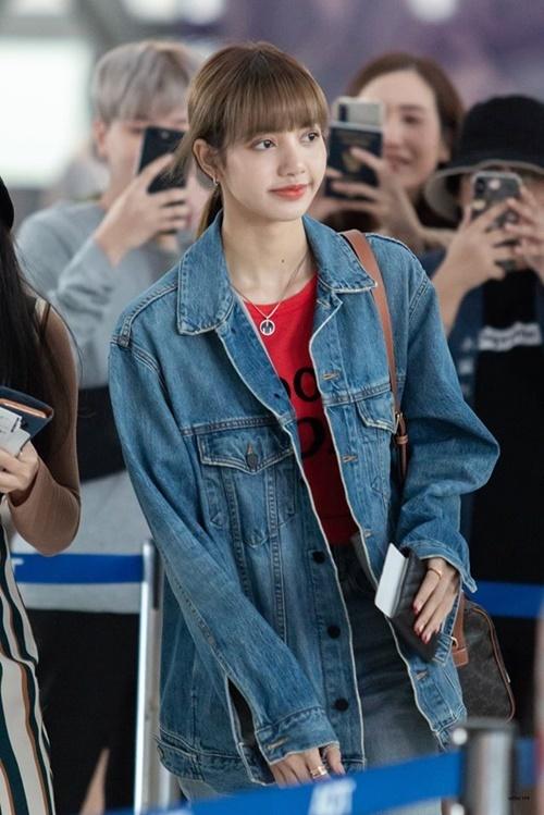 Nữ ca sĩ chỉ trang điểm nhẹ ở sân bay.