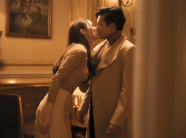 Hương Giang khóa môi Phillip trong MV mới.