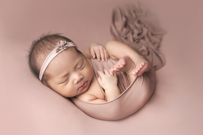 <p> Vẻ bụ bẫm, đáng yêu của bé khi tròn một tháng tuổi. Bé lúc sinh nặng 3,2kg, được đặt tên là Nguyễn Ngọc Minh Hà.</p>