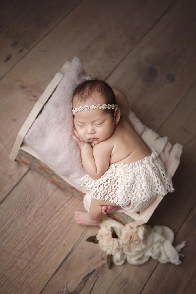 <p> Kim Cương tiết lộ con gái không quấy khóc nhiều như các bé cùng trang lứa nên hai vợ chồng không quá vất vả. Hiện cựu người mẫu vẫn nuôi con bằng sữa mẹ kết hợp với sữa công thức.</p>