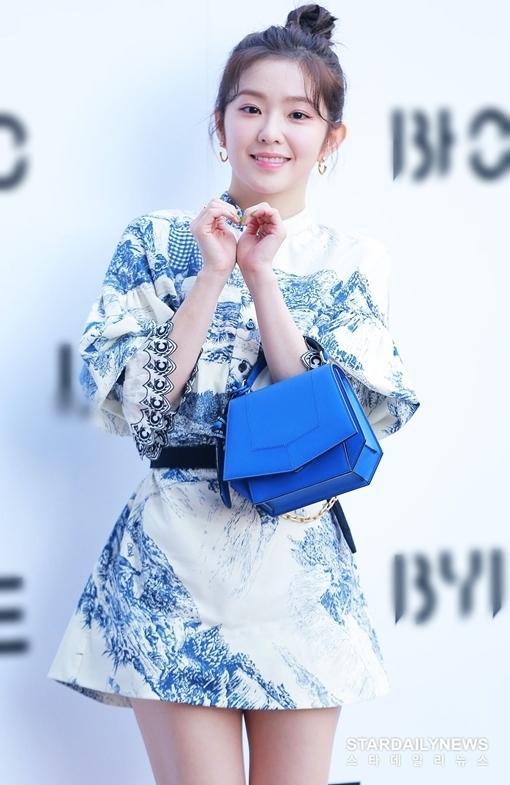 Nữ idol sinh năm 1991 diện minidress họa tiết mix cùng túi xách có màu sắcđồng điệu. Diện mạo xinh đẹp, trẻ trung của Irene khiến cô nàng nhận nhiều lời khen của người hâm mộ.