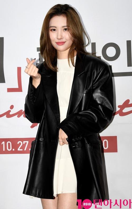 Sunmi nữ tính với váy trắng, tuy nhiên với áo khoác da cô nàng vẫn toát lên thần thái girl crush