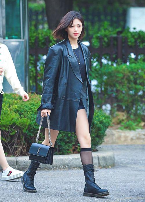 Jeong Yeon (Twice) cũng mê item này khi liên tục diện, cô nàng lựa chọn outfit đen huyền bí với áo khoác da của Instantfunk cùng túi và giày hợp tông