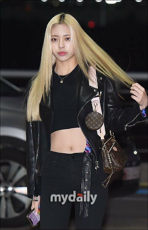 Set đồ đen bớt nhàm chán hơn vì Yuna (ITZY) kết hợp với áo khoác da, cô nàng khoe khéo cơ bụng đáng mơ ước với áo crotop.