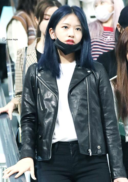 Yu Jin (I*ZONE) với phong cách đơn giản cũng yêu thích item này, áo da làm điểm nhấn cho áo thun quần jeans quen thuộc