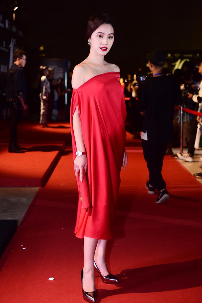 <p> Hoa hậu Jolie Nguyễn rực rỡ sắc đỏ.</p>