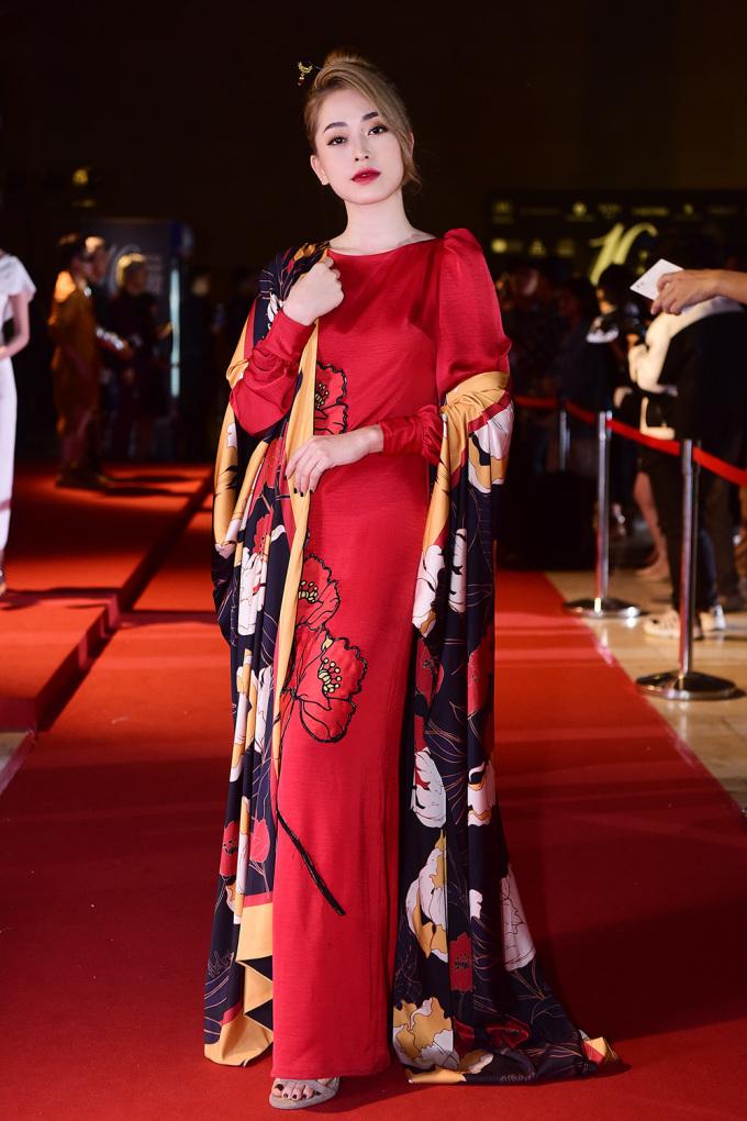 <p> Trái ngược với hình ảnh nhí nhảnh của Huyền My, Á hậu Phương Nga chọn phong cách kiêu sa khi diện cây đồ đỏ đậm chất cổ trang.</p>