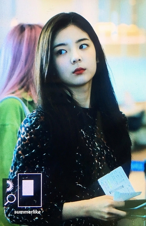 Nữ idol sinh năm 2000 luôn giữ gương mặt lạnh lùng trước ống kính.