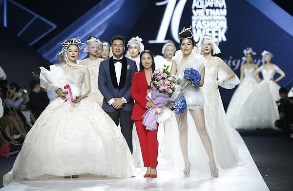 Show diễn của thương hiệu Lek Chi kết thúc ngày thứ 2 Aquafina Vietnam International Fashion Week 2019. Điểm khiến công chúng bất ngờ chính là màn xuất hiện của bạn gái thiếu gia Phillips Nguyễn -Linh Rin với vai trò vedette kết thúc show diễn. Thiếu gia Phillip Nguyễn (áo xanh)sau đó nhanh chóng bước lên sàn catwalk, tặng hoa cho bạn gái.