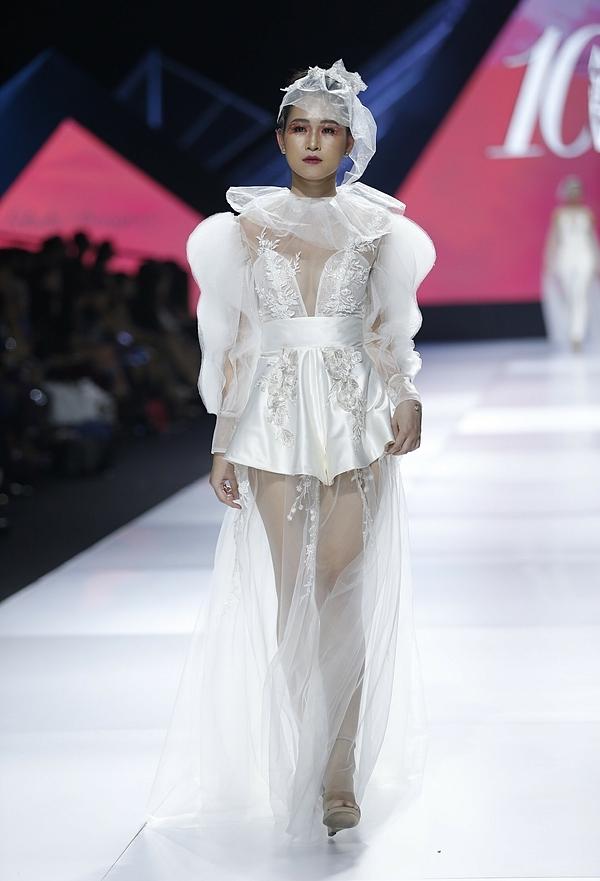 Lek Chi đã mang đến giới mộ điệu bộ sưu tập Madly In Love (Những kẻ say tình) thể hiện sự nhiệt tình, điên loạn của tình yêu.