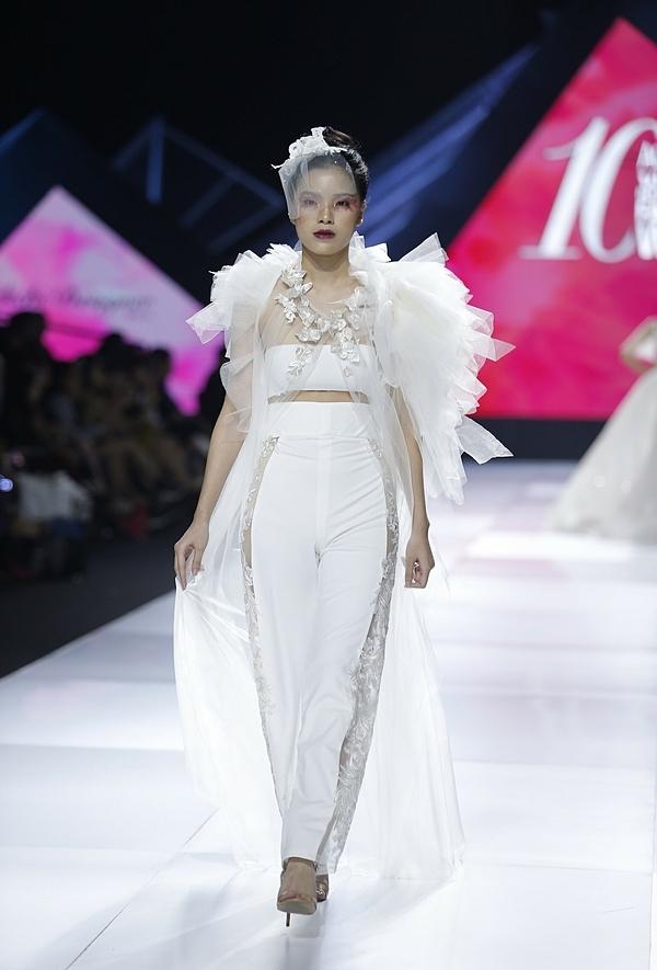 Đa số thiết kế đều là dáng đầm bó sát, xẻ sâu khoe khéo vòng một. Đặc biệt, để diễn tả đúng tinh thần bộ sưu tập, vài mẫu váy có đường cắt táo bạo giữa cơ thể.