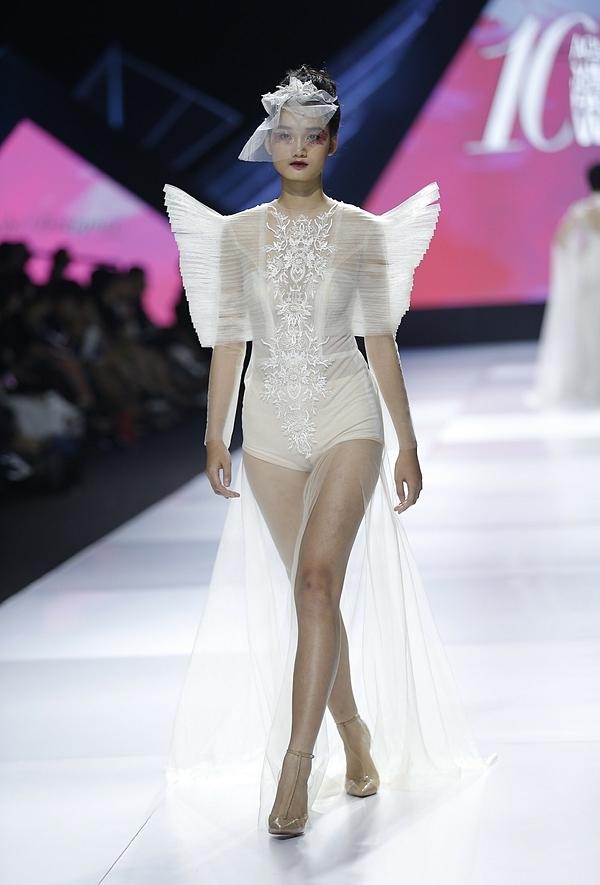 Những chiếc váy cưới được biến tấu theo cách mới lạ khoe triệt để vóc dáng gợi cảm của cô dâu. Phần cầu vai dựng phồng cũng thể hiện sự mạnh mẽ của phụ nữ. Tuy nhiên, thiết kế táo bạo cũng khó phù hợp với hình thể người có nhiều khuyết điểm.