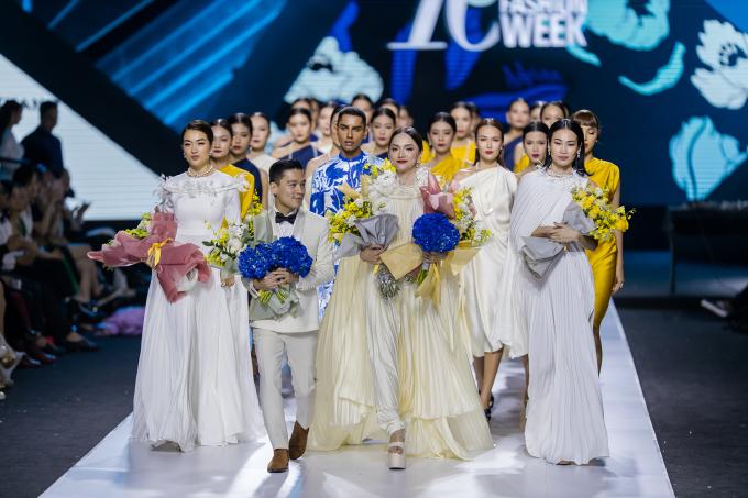 <p> Vài năm gần đây, Hương Giang rất đắt show trình diễn ở Vietnam International Fashion Week dù cô không có chiều cao quá nổi bật. Hoa hậu cùng dàn mẫu và NTK Adrian Anh Tuấn ra chào kết khán giả, khép lại mùa thứ 10 của tuần lễ thời trang.</p>