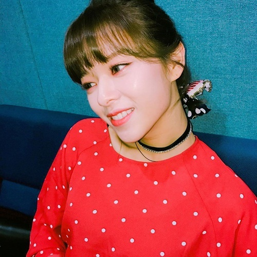 Jeong Yeon đăng ảnh áo đỏ rực rỡ đón tuổi mới.