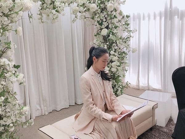 Seol Hyun kết hợp vest và chân váy dài thanh lịch, khoe góc nghiêng xinh đẹp.