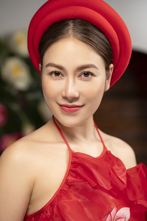 Cô chọn mặc nhiều trang phục áo dài trong MV khoe nét xuân ngời. Các thiết kế đều được ôm dáng giúp tôn lên vẻ đẹp hình thể của người con gái Việt nói chung.