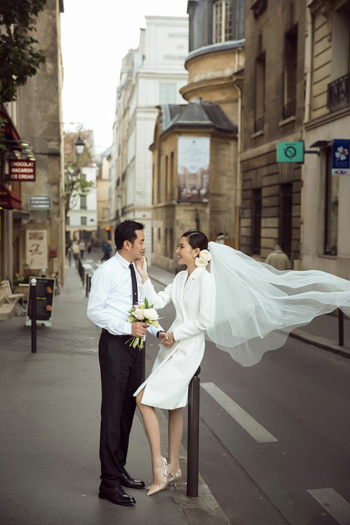 Ngọc Duyên và chồng chụp ảnh cưới tạp Pháp. Sau khi kết hôn, cô hạn chế hoạt động showbiz, dành thời gian chăm sóc gia đình. Hơn kém nhau 18 tuổi nhưng Ngọc Duyên cho biết cô và chồng không có nhiều khoảng cách, sự khác biệt trong suy nghĩ khi sống chung.