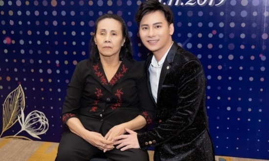 Ngọc Châu bên nghệ sĩ Hoàng Lan.