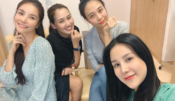 Diệp Lâm Anh được ba cô bạn thân vào viện thăm và động viên trước giờ sinh em bé.