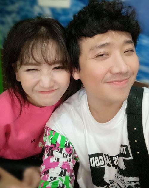 Hai vợ chồng Hari Won - Trấn Thành selfie nhí nhảnh khi đi ăn.