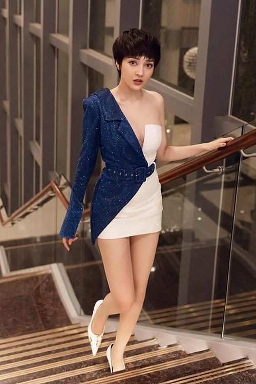 Bảo Anh gợi cảm đi sự kiện với bộ váy siêu ngắn xẻ ngực sâu.