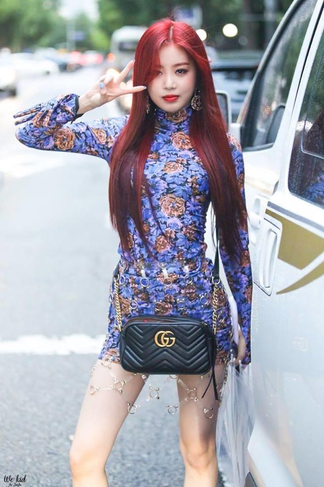 <p> Không chỉ gợi cảm trên sân khấu, lúc xuống phố hay ra sân bay, Soo Jin cũng luôn chú ý chọn trang phục đơn giản nhưng hiệu quả trong việc khoe dáng.</p>
