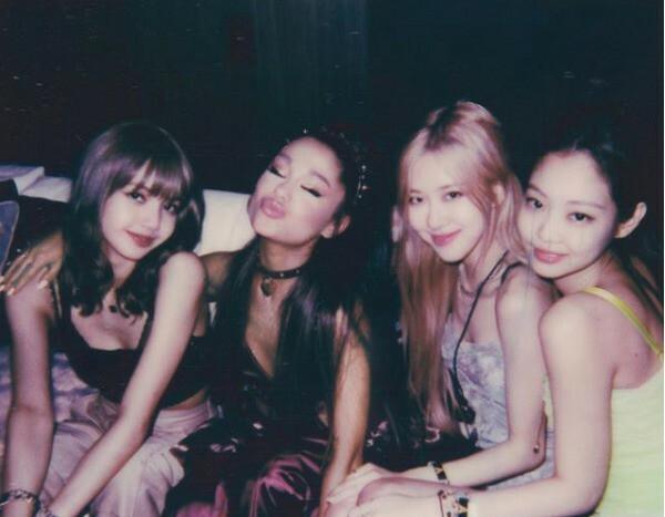 Ariana Grande chụp ảnh thân thiết bên Black Pink trong dịp lễ hội Coachella hồi tháng 4.