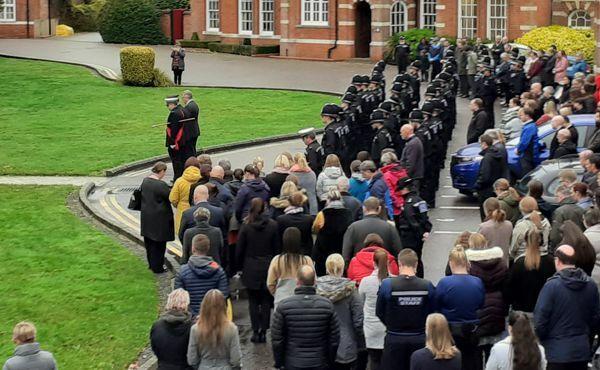 Cảnh sát, nhân viên cứu hộ cùng công chức hạt Essex mặc niệm nạn nhân. Ảnh: Essex Police.