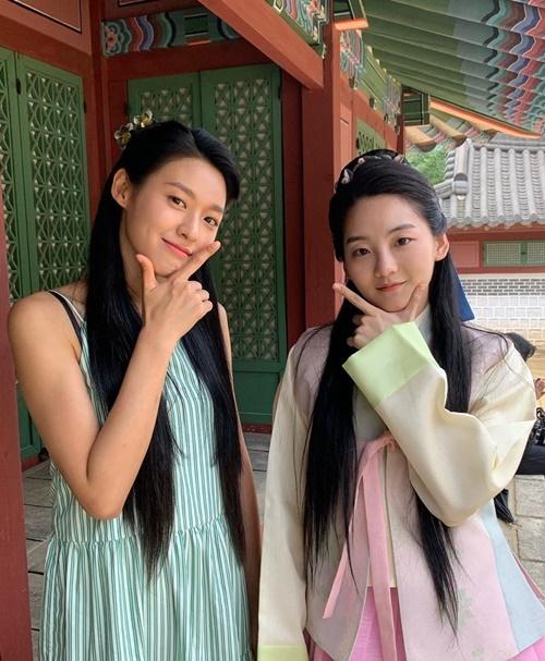 Seol Hyun (trái)