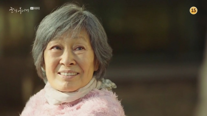 <p> ''Bà mẹ quốc dân'' Kim Hye Ja đứng thứ 2 trong BXH là một kết quả hoàn toàn xứng đáng. Nữ diễn viên đã 78 tuổi nhưng vẫn đóng phim không ngừng nghỉ và luôn cho ra đời những tác phẩm xuất sắc. Tại lễ trao giải Baeksang 2019, bà nhận giải Daesang danh giá nhờ vai diễn nhân vật bị bệnh Alzheimer trong <em>Dazzling.</em></p>