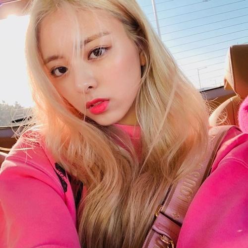 Yuna (ITZY) khoe visual với mái tóc vàng rực như búp bê.