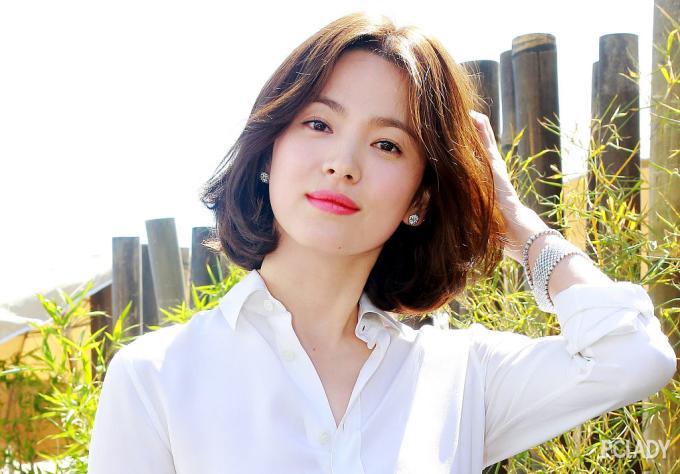 <p> Bất chấp những tranh cãi xung quanh chuyện tình cảm cá nhân, Song Hye Kyo luôn là ''quốc bảo nhan sắc'' của xứ Hàn và có loạt vai diễn mang tính biểu tượng như trong <em>Trái tim mùa thu, All In, Gió mùa đông năm ấy</em>, <em>Hậu duệ Mặt trời</em>... Sau vụ ly hôn ồn ào với Song Joong Ki, thái độ im lặng của Song Hye Kyo nhận được sự đánh giá cao và nữ diên viên dần lấy lại được thiện cảm của khán giả.</p>