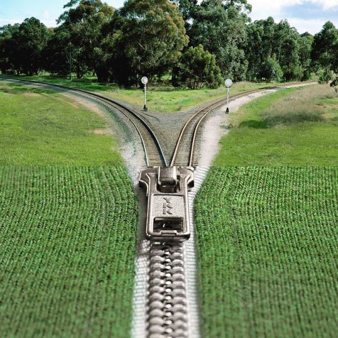 """<p> Phần khóa kéo của một chiếc áo len """"hợp rơ"""" với đoạn ngã rẽ của đường ray tàu hỏa.</p>"""