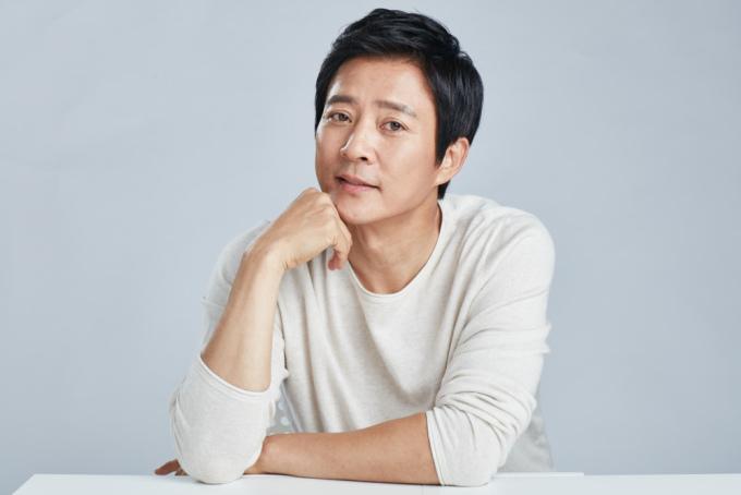 <p> Đứng ở vị trí thứ 8 là nam diễn viên Choi Soo Jong. Ngôi sao nổi tiếng với những vai diễn trong phim cổ trang, lịch sử hoặc phim đề tài gia đình. Choi Soo Jong được khán giả yêu thích nhờ tính cách chân thật trên các show thực tế. Cuộc sống gia đình viên mãn giữa Choi Soo Jong và Ha Hee Ra trở thành hình mẫu lý tưởng ở Hàn.</p>
