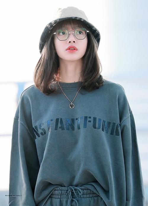 Khi diện bộ trang phục năng động, Lisa cắm thùng áo nhẹ nhàng để trông gọn gàng hơn. Cô nàng cũng kết hợp với mũ bucket và mắt kính tròn hack tuổi.